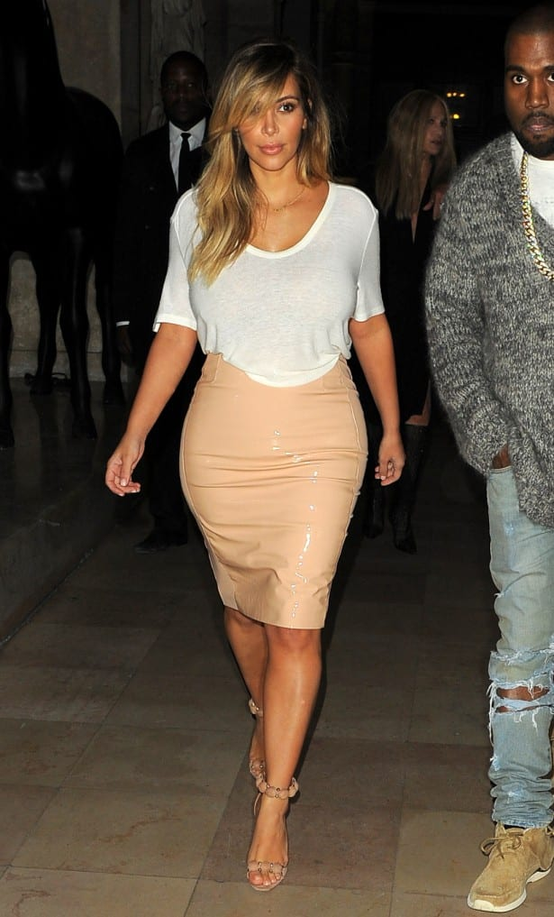 Kim Kardashian rocking a basic tee with a beige leather skirt, this is how you mix casual and sexy.