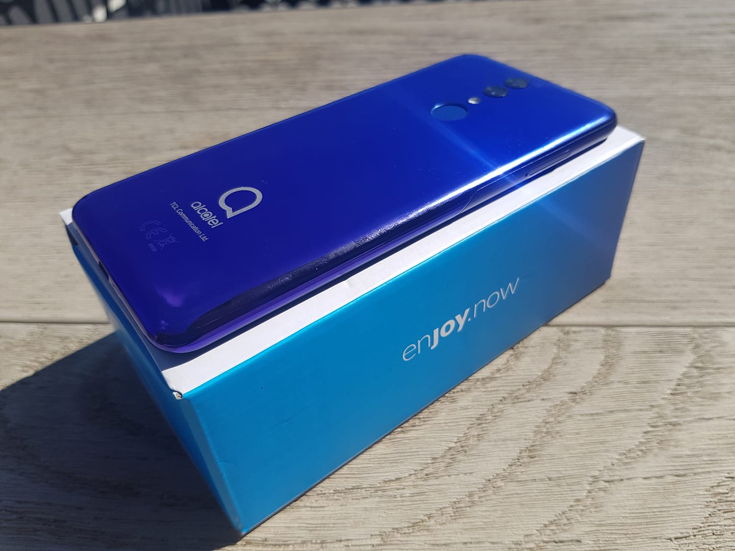 The Alcatel 3 two-toned back is extremley attractive and feels great in the hand